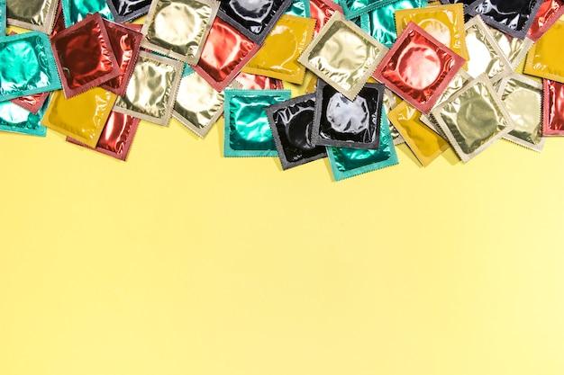 Vue de dessus avec préservatifs et espace de copie Photo gratuit