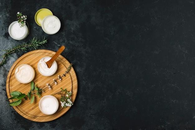 Vue de dessus des produits à base d'huile d'olive et de noix de coco avec espace de copie Photo gratuit