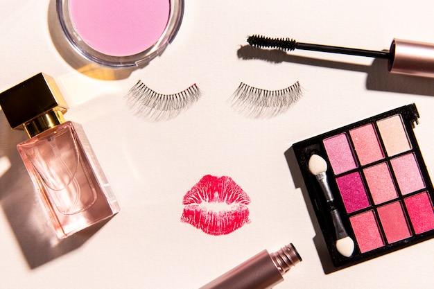Vue de dessus des produits de maquillage sur fond uni Photo gratuit