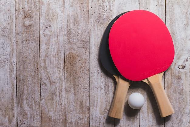 Vue de dessus de raquettes de ping-pong sur la surface en bois Photo gratuit