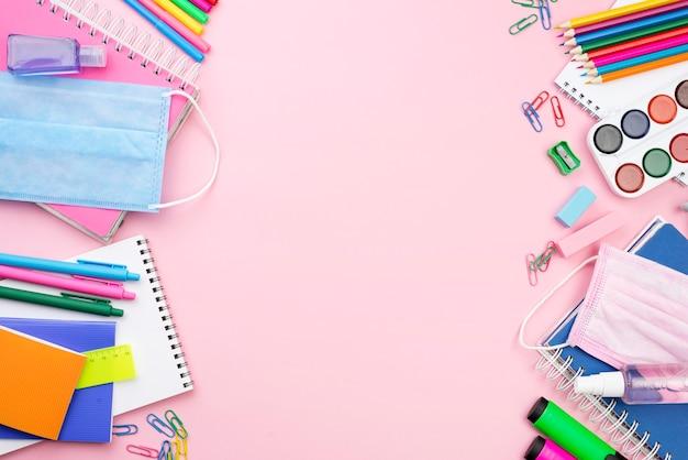 Vue De Dessus De Rentrée Scolaire Avec Masque Médical Et Crayons Photo gratuit