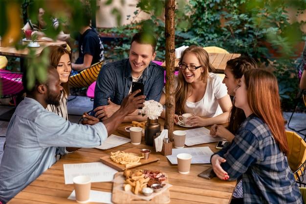 Vue De Dessus D'une Réunion Amicale D'un étudiant Dans Son Temps Libre Au Restaurant Confortable Photo gratuit