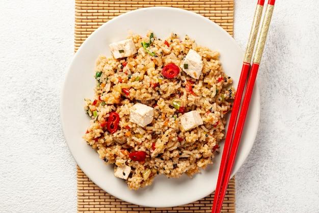 Vue de dessus de riz avec des légumes Photo gratuit
