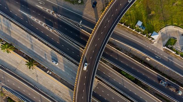 Vue de dessus de route de l'autoroute, la circulation routière est une infrastructure importante Photo Premium
