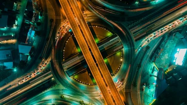 Vue de dessus de route et de rond-point, le trafic routier est une infrastructure importante en thaïlande Photo Premium