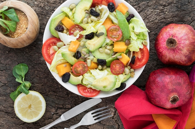 Vue De Dessus Salade De Fruits Et Légumes Nutritifs Photo gratuit