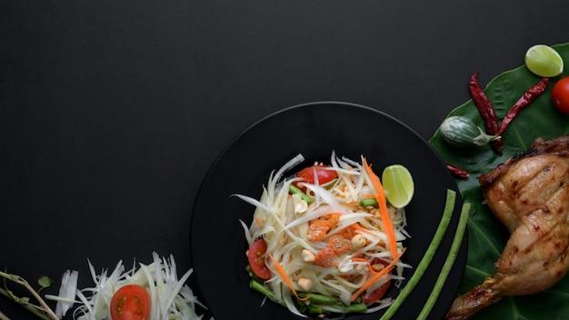 Vue De Dessus De Salade De Papaye, Poulet Grillé, Ingrédients Sur Plaque Noire Photo Premium