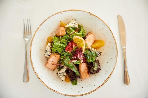 Vue De Dessus D'une Salade De Porc Servie Avec Du Fromage Et De La Laitue Photo gratuit