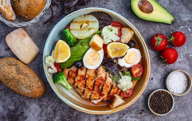Vue De Dessus De La Salade De Régime Sain Avec Du Poulet Grillé Brocoli Chou-fleur Tomate Laitue Avocat Et Laitue Photo gratuit