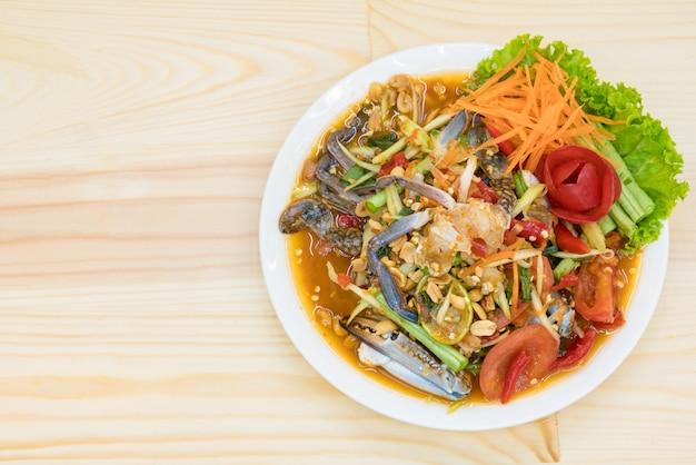 Vue de dessus de la salade thaïlandaise épicée tradition - cuisine thaïlandaise (fruits de mer aux fruits de mer som tum) Photo Premium