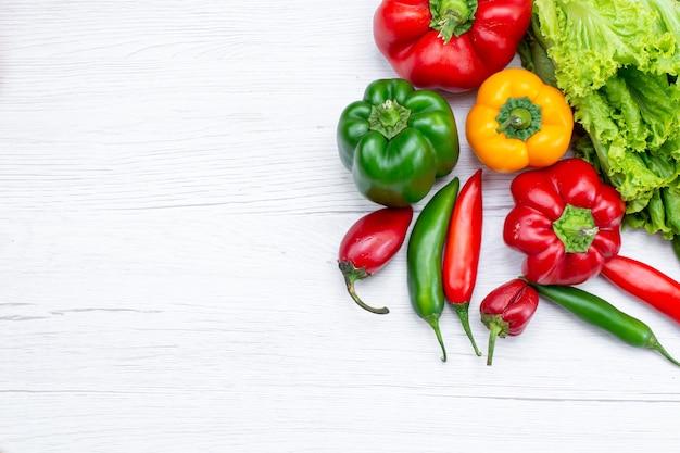 Vue De Dessus De La Salade Verte Avec Des Poivrons Et Des Poivrons épicés Sur Un Bureau Blanc, Repas De Légumes Photo gratuit