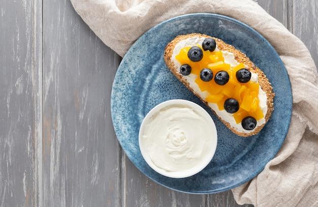 Vue De Dessus Sandwich Avec Fromage à La Crème Et Fruits Sur Assiette Photo gratuit