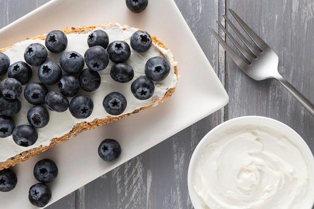 Vue De Dessus Sandwich Avec Fromage à La Crème Et Myrtilles Sur Plaque Photo gratuit