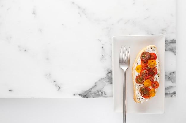 Vue De Dessus Sandwich Avec Fromage à La Crème Et Tomates Sur Plaque Avec Fourchette Et Copie-espace Photo Premium