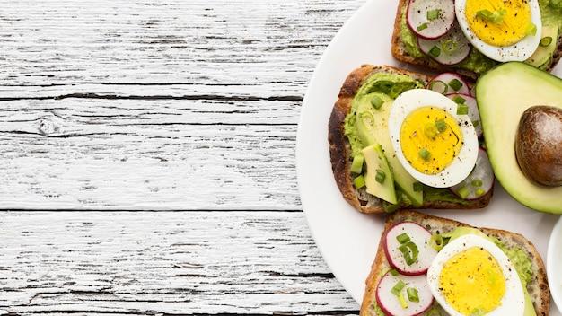 Vue De Dessus Des Sandwichs Aux œufs Et à L'avocat Sur La Plaque Avec Espace Copie Photo gratuit