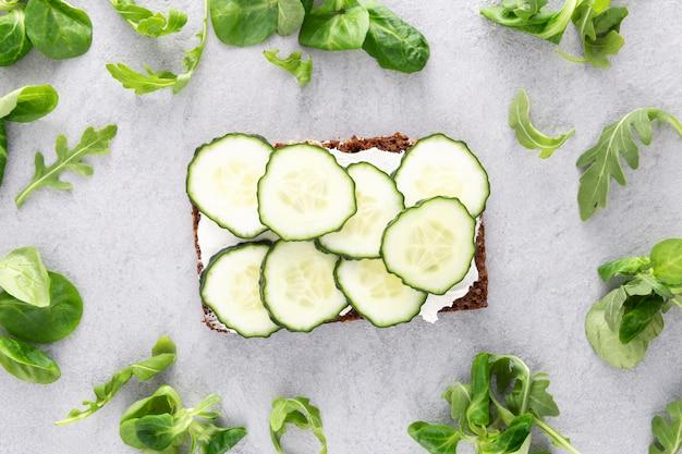 Vue De Dessus Des Sandwichs Avec Concombres Et Salade Photo gratuit