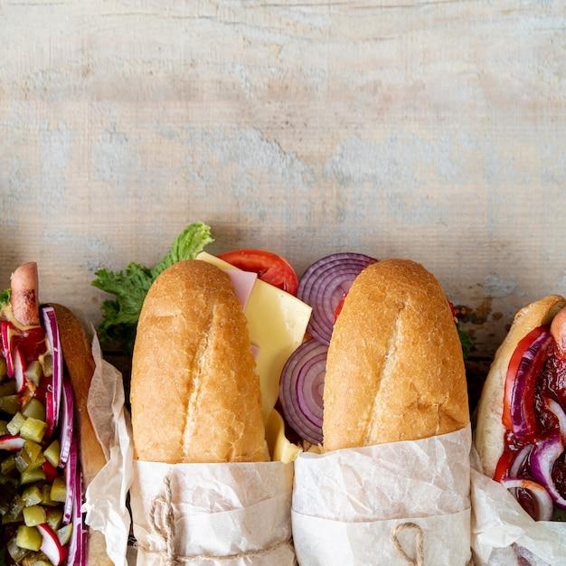 Vue de dessus sandwichs avec espace de copie Photo gratuit