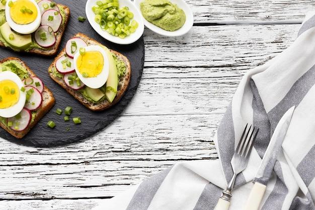 Vue De Dessus Des Sandwichs Avec Oeuf Et Avocat Sur Ardoise Photo Premium