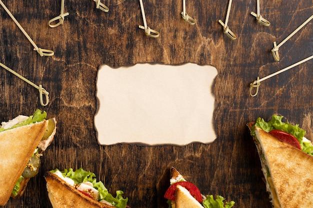 Vue De Dessus Des Sandwichs Triangulaires Avec Du Papier Photo gratuit