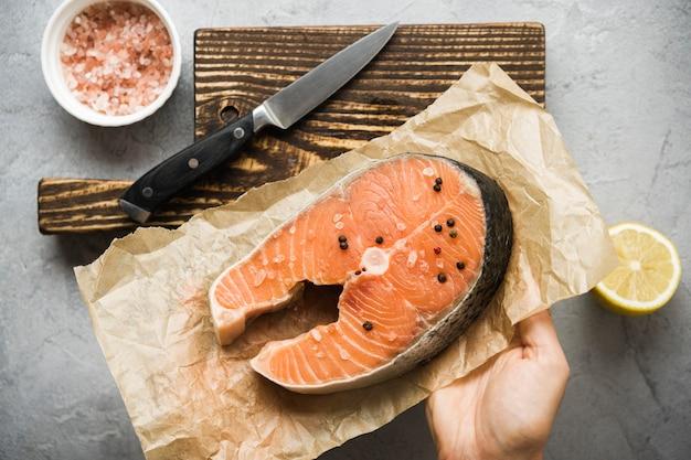 Vue De Dessus Saumon Avec Condiments Photo gratuit
