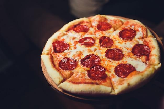 Vue De Dessus Savoureuse Pizza Italienne Sur Dark Photo Premium