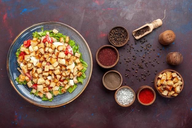 Vue De Dessus Savoureuse Salade César Avec Assaisonnements Sur Le Bureau Sombre Photo gratuit
