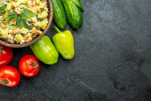 Vue De Dessus Savoureuse Salade Mayyonaise Avec Des Légumes Frais Sur Fond Noir Photo gratuit