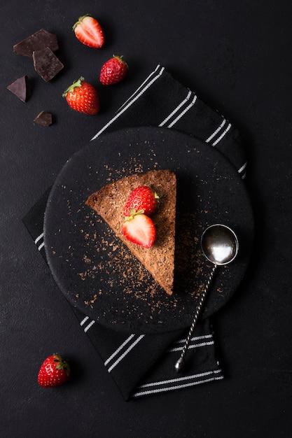 Vue De Dessus Savoureux Gâteau Aux Fraises Sur Une Assiette Photo gratuit
