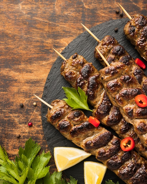Vue De Dessus De Savoureux Kebab Sur Ardoise Aux Herbes Photo gratuit
