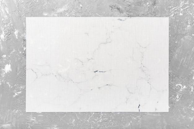 Vue De Dessus De La Serviette De Table Blanche Sur Fond De Ciment. Placez Le Tapis Avec Un Espace Vide Pour Votre Conception Photo Premium