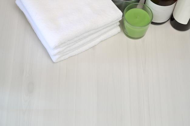 Vue De Dessus Serviettes Avec Accessoire Spa Sur Table En Bois Et Espace De Copie Photo Premium