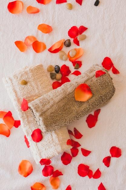 De la vue de dessus des serviettes et des pétales Photo gratuit