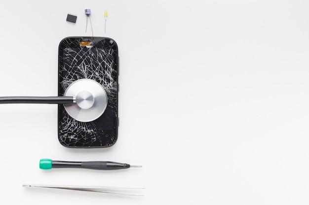 Vue De Dessus D'un Smartphone Cassé Avec Des Outils De Réparation Photo gratuit