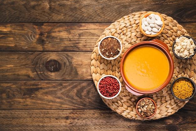 Vue de dessus avec soupe et céréales Photo gratuit
