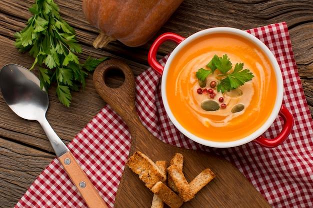 Vue De Dessus De La Soupe De Courge D'hiver Avec Croûtons Photo Premium