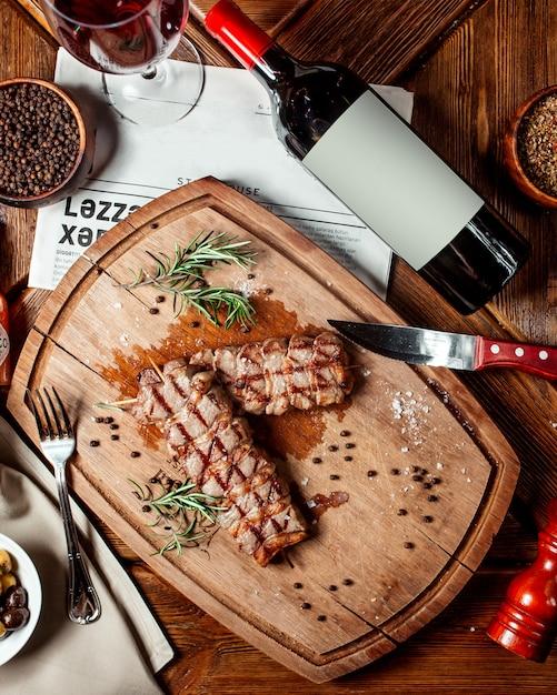Vue De Dessus Des Steaks De Boeuf Sur Un Plateau En Bois Photo gratuit