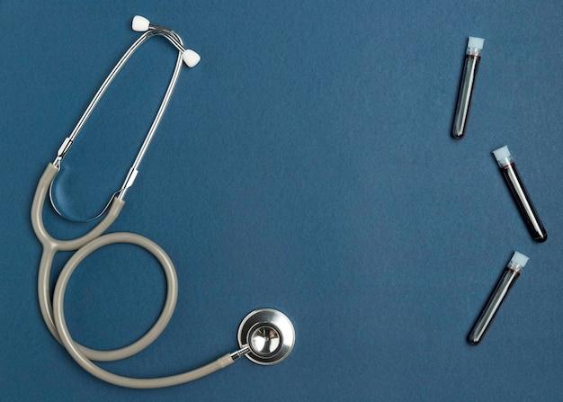 Vue De Dessus Stéthoscope Médical Avec Des échantillons De Sang Photo Premium
