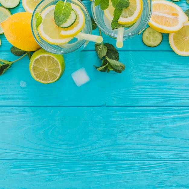 Vue de dessus de la surface en bois bleu avec des boissons d'été Photo gratuit