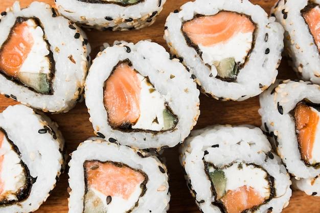 Une vue de dessus de sushi avec du fromage; sésame; saumon et avocat Photo gratuit