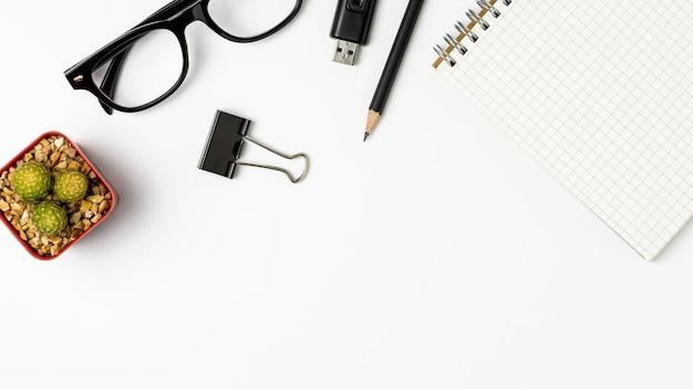 Vue de dessus d'une table de bureau blanche - fond pour l'espace de la copie. Photo Premium