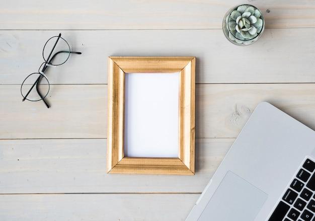 Vue de dessus de table avec cadre vide Photo gratuit