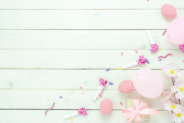 Vue de dessus de table coup de décorations joyeuses pâques fond de vacances. Photo Premium