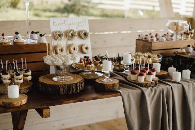 Vue De Dessus De Table Pleine De Délicieux Desserts Sucrés, Cupcakes, Beignets Et Desserts Panna Cotta, Bonbons Et Tiramisu Photo gratuit