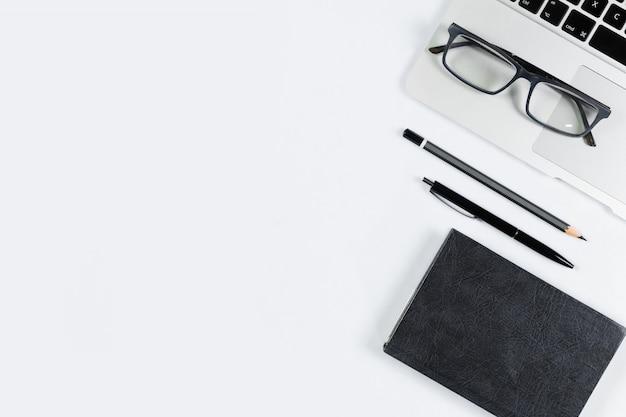 Vue de dessus de table de travail, pose à plat. Photo Premium