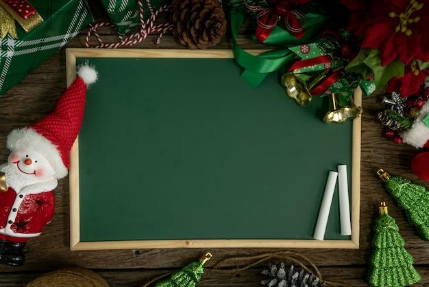 Vue de dessus, tableau vide décoration avec boîte-cadeau et lumières le jour de noël Photo Premium