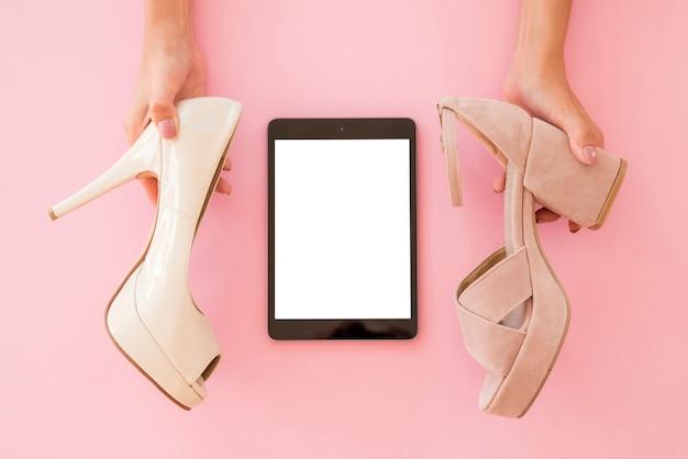 Vue de dessus tablette avec chaussures Photo gratuit
