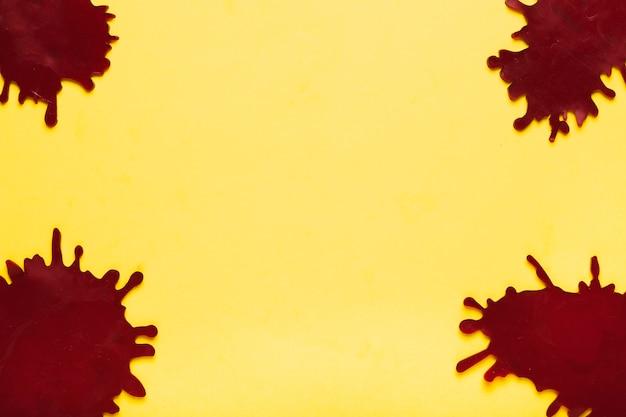 Vue de dessus des taches sombres sur fond jaune Photo gratuit