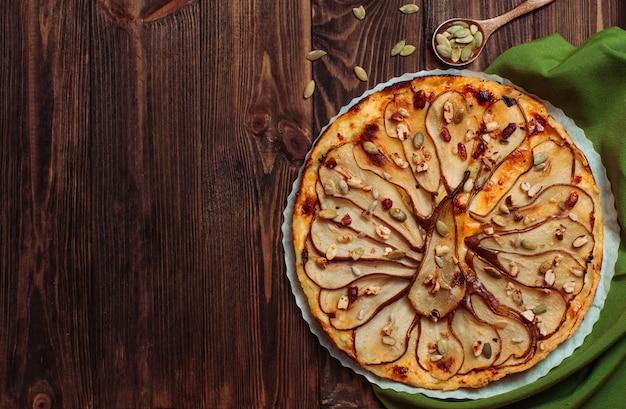 Vue de dessus de la tarte aux poires au fromage sur une table en bois rustique Photo Premium