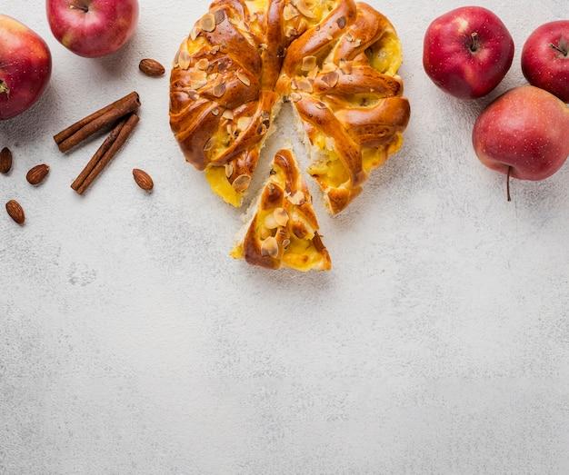 Vue De Dessus Tarte Aux Pommes Avec Tranche Et Espace Copie Photo gratuit