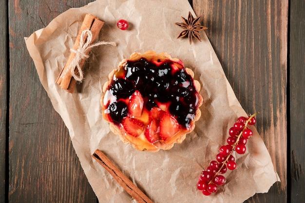 Vue de dessus de la tarte à la cannelle et aux groseilles Photo gratuit